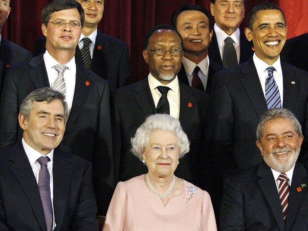 Berlusconiho křik na Obamu nahněval královnu.
