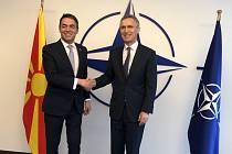 Makedonský ministr zahraničí Nikola Dimitrov a generální tajemník NATO Jens Stoltenberg