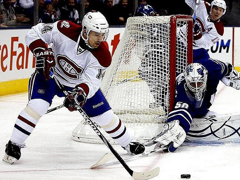 Stav největšího nebezpečí vyhlašují gólmani v momentě, kdy se útočník Montrealu Tomáš Plekanec objeví u puku. Tentokrát ohrožuje brankáře Toronta Jonas Gustavsson.