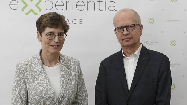 Zakladatelé Nadace Experientia manželé Hana a Dalimil Dvořákovi pózují 21. ledna 2020 v Praze po tiskové konferenci.