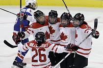 Kanadské hokejistky se radují, právě vstřelily Slovensku další branku.