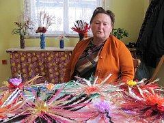 Barevné kytice z plastových lahví vyrábí Ludmila Kolková z Veselíčka-Tupce. Materiál, který by jinak skončil v kontejnerech, důchodkyně stříhá a ohýbá do různých tvarů.