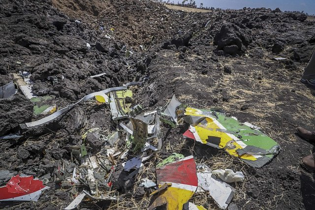 Trosky zříceného Boeingu Ethiopian Airlines.