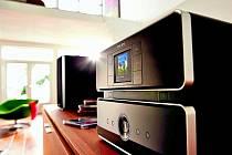 Systém na snímku přehrává CD, má pevný disk a internetové rádio.