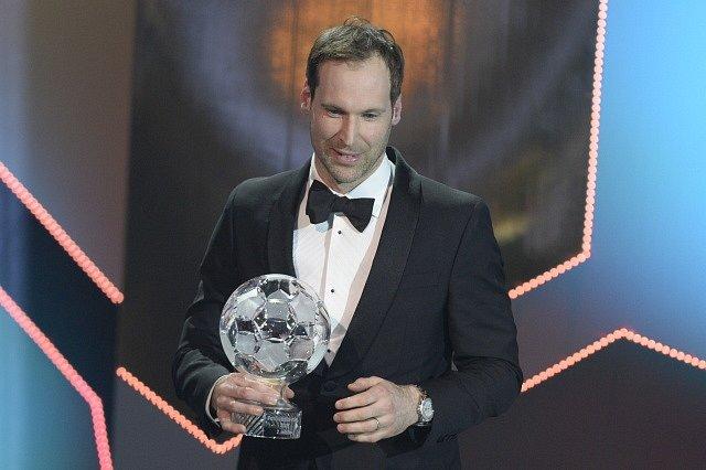 Brankář Arsenalu Petr Čech převzal cenu za druhé místo v anketě Fotbalista roku 2017.