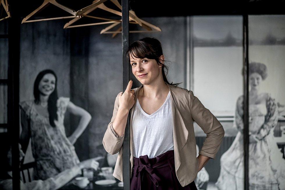 Herečka Veronika Khek Kubařová.