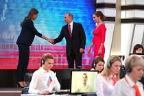 Vladimir Putin přichází do televizního studia. S volajícími i lidmi ve studiu letos diskutoval již popatnácté.
