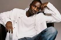 Kariéra rappera, zpěváka a producenta Akona připomíná akční film.