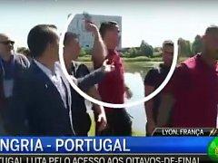 Ronaldo hází novinářův mikrofon do jezera.