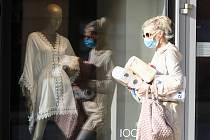 Lidé v Česku musejí kvůli koronaviru povinně nosit roušky.