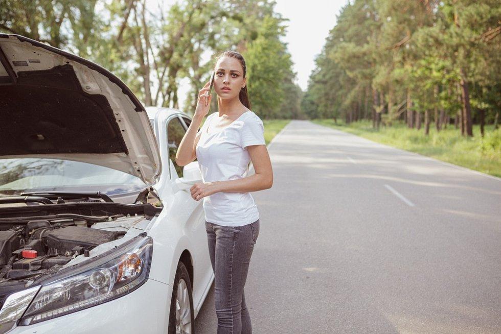 Pomoc s autem v zahraničí si motorista přivolá na telefonním čísle své asistenční společnosti, kontakt je uveden v zelené kartě.