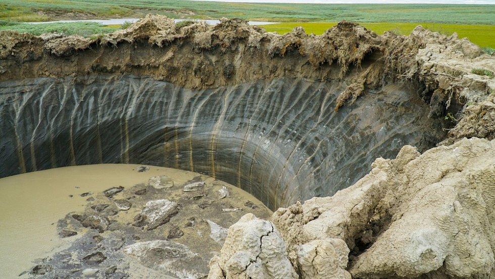 Obří kráter neznámého původu na poloostrově Jamal na severozápadě Sibiře v Rusku.