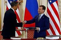 Americký Senát ratifikoval novou odzbrojovací dohodu START. V ní se Rusko a Spojené státy zavazují snížit o třetinu počty svých strategických jaderných hlavic.