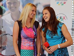 V soukromí kamarádky, na kurtu rivalky. Wimbledonská šampionka Petra Kvitová (vlevo) a Lucie Šafářová.