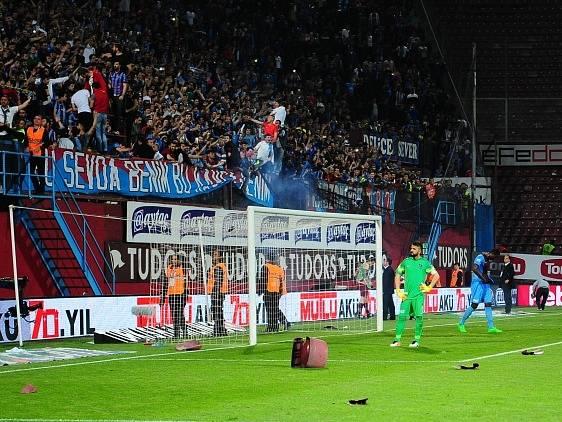 Řádění fanoušků v Turecku: Zápas mezi Trabzonsporem a Fenerbahce se nedohrál