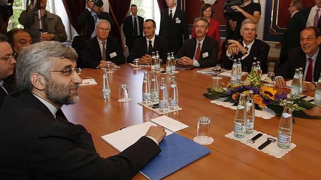 Vedoucí íránské delegace na ženevských rozhovorech Saeed Jalili (vlevo). Rozhovory konkrétní výsledky nepřinesly