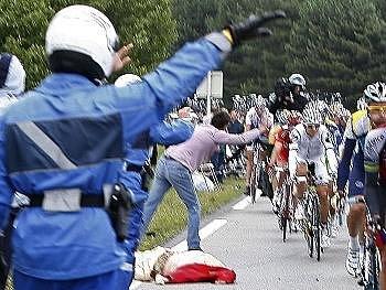 Tour de France zasáhla smrt divačky, jejíž ostatky musel peloton objíždět.