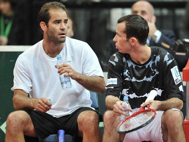 Na lavičce v družné diskuzi Pete Sampras (vlevo) a Radek Štěpánek.