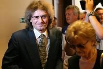 Bohumil Kulínský na archivním snímku s maminkou u soudu v Hradci Králové.