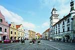 Přirozeným centrem Třeboně je Masarykovo náměstí, které obklopují měšťanské domy srenesančními abarokními štíty apodloubími.
