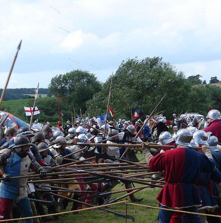 Milovníci oživené historie při rekonstrukci bitvy u Tewkesbury