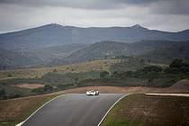 Aston Martin posádky Jan Charouz, Tomáš Enge a Stefan Mücke na trati v Algarve.