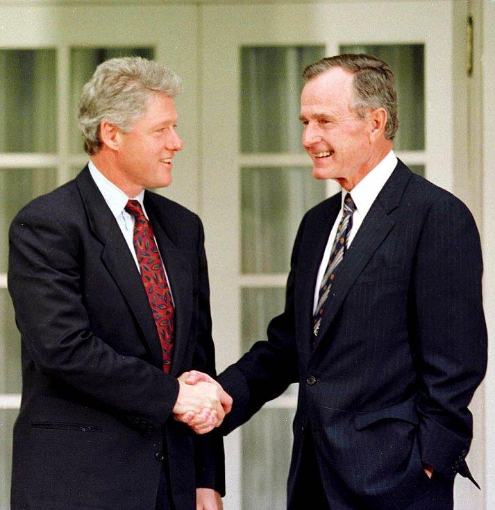 1993, Bill Clinton. Tradicí bývalo i předání klíčů od Bílého domu, kdy bývalý prezident provádí nového. Na snímku George Bush st. vítá Billa Clintona