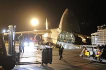 Česká republika v pátek večer poslala do Středoafrické republiky jako humanitární dar most. Konstrukci těžkou 45 tun a rozebranou do 141 palet do země ve střední Africe z letiště v Pardubicích odvezl velkokapacitní letoun AN-124 Ruslan švédského letectva.