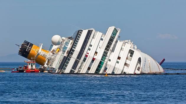 Loď zůstala nakloněná na stranu. Zatímco umírali lidé, kapitán Schettino zbaběle prchal.