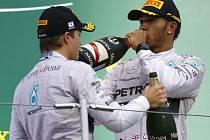 Lewis Hamilton (vpravo) triumfoval ve Velké ceně Japonska před Nico Rosbergem.