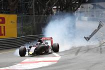 Max Verstappen ve Velké ceně Monaka urval kolo a narazil do bariéry.