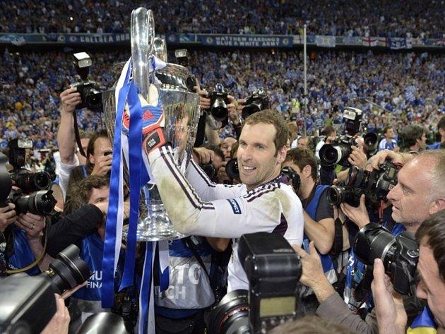 Brankář Chelsea Petr Čech spohárem pro vítěze Ligy mistrů.
