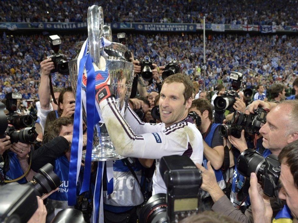 Brankář Chelsea Petr Čech s pohárem pro vítěze Ligy mistrů.