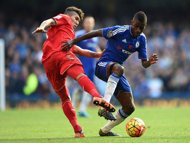 Ramires z Chelsea (vpravo) a Roberto Firmino z Liverpoolu.