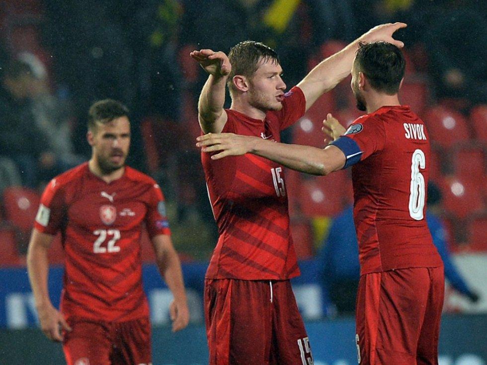 Čeští fotbalisté (zleva) Filip Novák, David Pavelka a Tomáš Sivok se radují z vítězství nad Norskem.