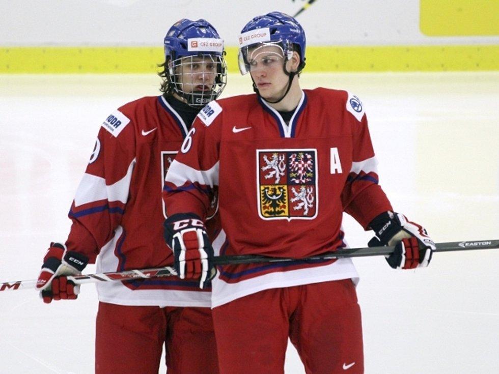 Reprezentanti do dvaceti let David Pastrňák (vlevo) a Radek Faksa se domlouvají na taktice v duelu s USA.