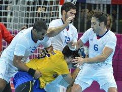 Francouzští házenkáři (v bílém) Luc Abalo, Nikola Karabatic a Bertrand Gille ve finále olympijských her v Londýně proti Švédsku.