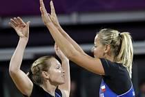 Beachvolejbalistky Kristýna Kolocová a Markéta Sluková se radují z bodu na olympijských hrách v Londýně.