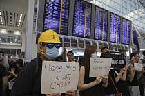 Protivládní protest na letišti v Hongkongu