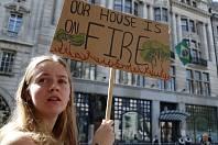Aktivisté protestují před brazilskou ambasádou v Londýně za ochranu amazonského deštného pralesa