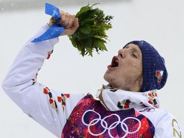 Druhá medaile. Biatlonista Ondřej Moravec vybojoval na olympijských hrách vSoči po stříbru bronz vzávodu na 15km shromadným startem.