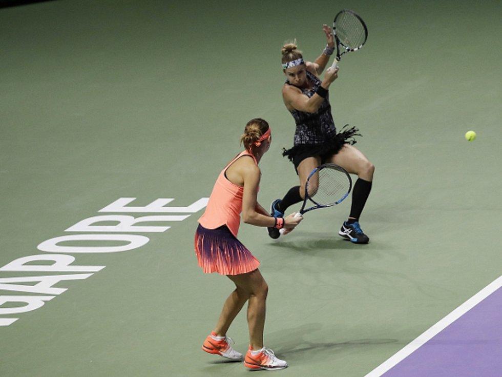 Lucie Šafářová (vlevo) a Bethanie Matteková-Sandsová ve finále Turnaje mistryň.
