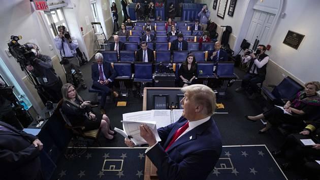 Americký prezident Donald Trump v Bílém domě na tiskové konferenci ke koronaviru, 20. dubna 2020