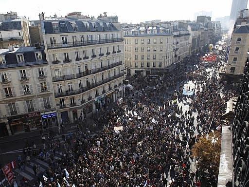 Demonstranti v ulicích Paříže