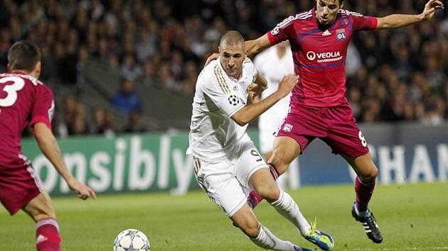Karim Benzema z Realu Madrid (v bílém) a Yoann Gourcuff z Lyonu.