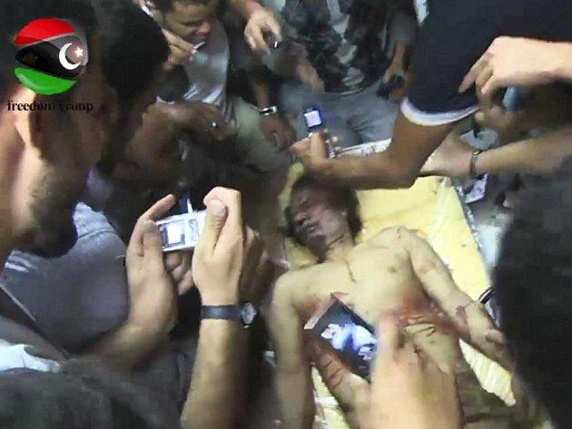 Tělo zabitého libyjského diktátora Muammara Kaddáfího bylo vystaveno v obchodním centru v Misurátě.