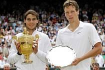 Tomáš Berdych (vpravo) nestačil ve finále Wimbledonu na Rafaela Nadala.