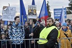 Zhruba 200 demonstrujících lidí se 16. prosince 2017 vydalo před pražský TOP hotel, kde se koná konference evropských protiimigračních stran pořádané hnutím Svoboda a přímá demokracie (SPD).