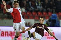 Fotbalisté Slavie zvítězili nad Spartu 1:0 a pražské derby ovládli po čtyřech letech. Zleva Jaromír Zmrhal z SK Slavia Praha a Mario Holek z AC Sparta Praha.