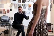 Francouzský dokumentární snímek Dior a já otevírá divákům dveře do mýty opředeného světa módního domu Christian Dior.